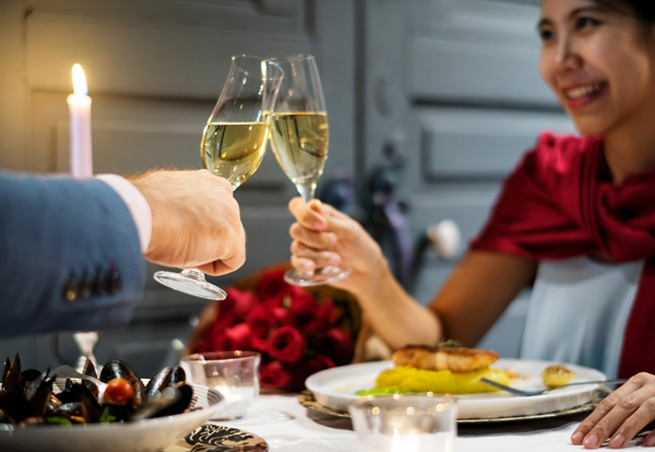 男性とシャンパンを飲む女性
