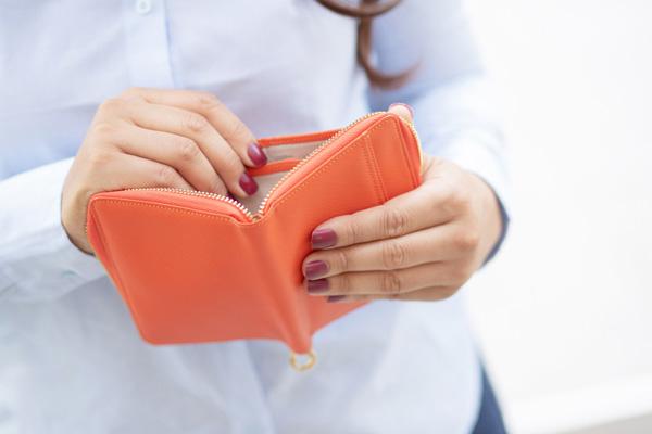 財布を開く女性