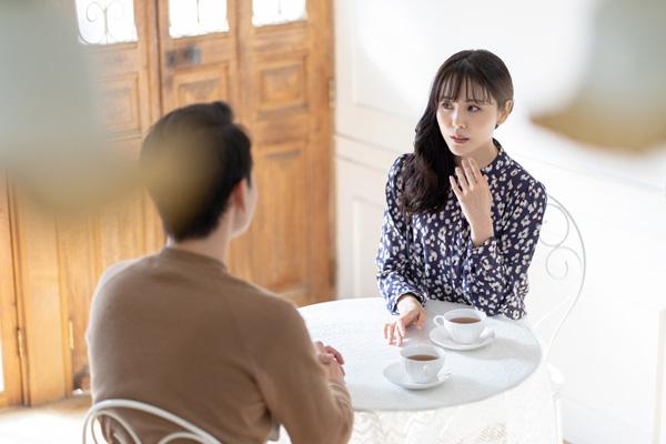 男性とお茶を飲む女性