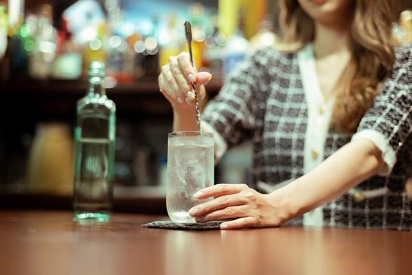 お酒をつくる女性