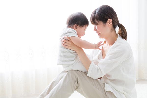 子供を抱き上げる女性